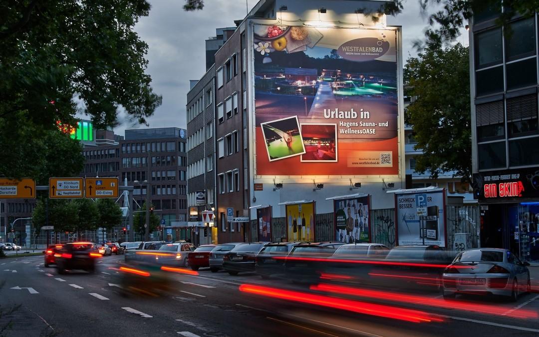 Straße in Dortmund mit Westfalenbad-Plakat
